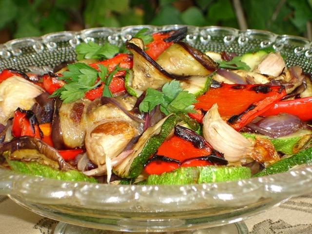salade de légumes grillés et gousses d'ail confites