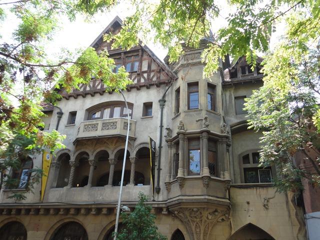 Santiago barrio brazil et concha y torro for Architecture neo gothique